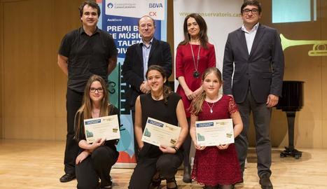 Andrea Cristina Budau, de genolls a la dreta, diumenge a Vic amb els altres dos guanyadors.