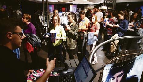Afluència de públic ahir al JCA Alpicat. A la imatge de baix, espectadors al Funatic de Lleida.