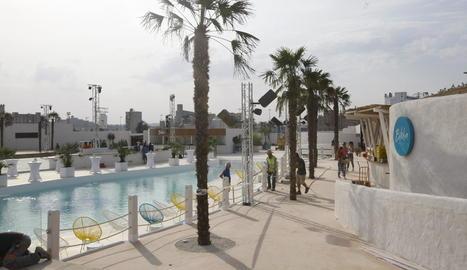 Imatge de les instal·lacions de Biloba, que és d'estil eivissenc i té una gran piscina a dins.