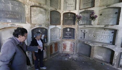 Dos afectades mostren la falta de manteniment de Santa Cecília.