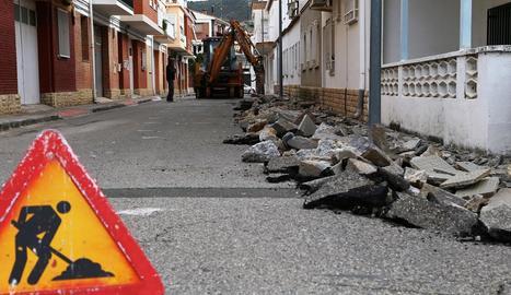 Les obres de millora al carrer A de Mequinensa.