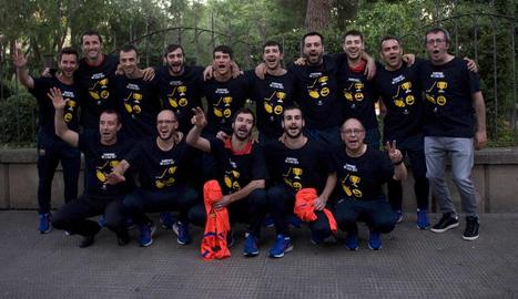 La plantilla del Barça va celebrar ahir amb samarretes commemoratives la conquesta de l'OK Lliga.