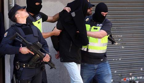 La Policia Nacional trasllada el detingut de Badalona.