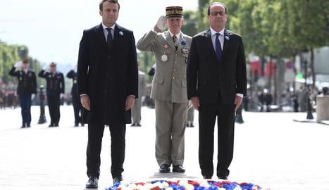 Emmanuel Macron i François Hollande, ahir, en la commemoració de la victòria contra el nazisme.