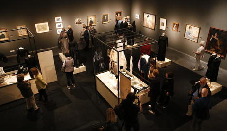El mig centenar de peces d'indumentària i la trentena de pintures i escultures, a banda de les fotografies, van despertar expectació entre el públic assistent.
