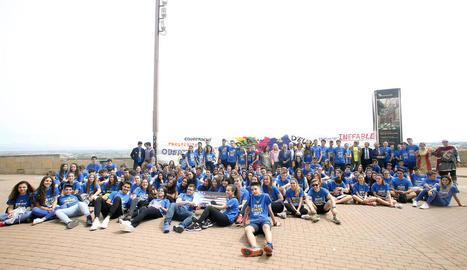 Els joves participants a la gimcana Destí Europa que es va celebrar ahir al Turó de la Seu Vella.