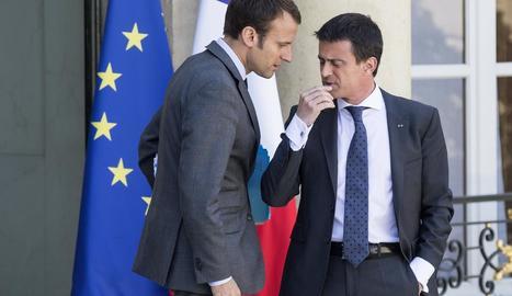 Imatge d'arxiu d'Emmanuel Macron al costat de Manuel Valls al Palau de l'Elisi a París.