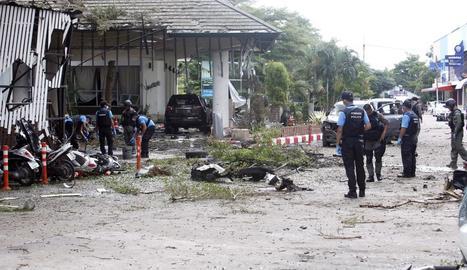 Agents d'antiexplosius inspeccionen la zona.