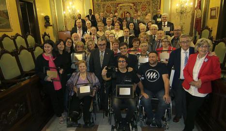L'alcalde Àngel Ros i el periodista Lluís Caelles van posar ahir després de finalitzar el pregó amb les persones i entitats reconegudes per la ciutat a l'inici de la festa major.