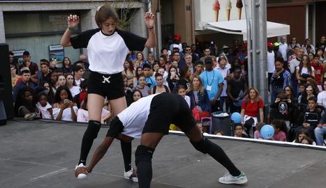 A la plaça Ricard Viñes, ahir, participants del concurs amateur de dansa urbana.