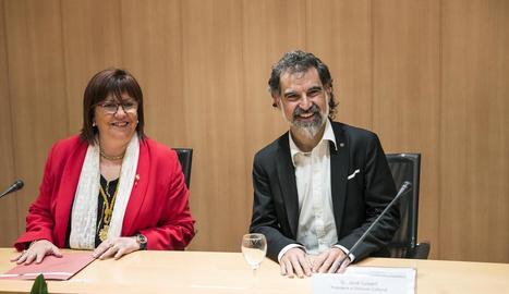 L'alcaldessa de Tàrrega i el president d'Òmnium Cultural, ahir, durant el pregó de festes.