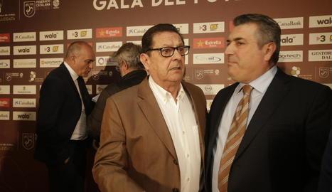 Salvador Rué conversa amb Antoni Palau durant la gala del futbol lleidatà el passat 31 de març.