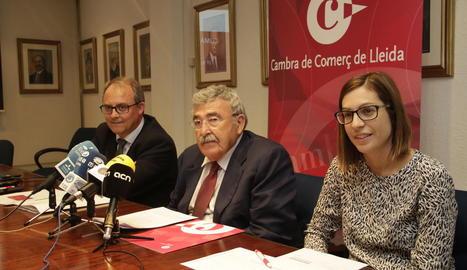 Joan Simó, president de la Cambra, Josep Ramón París i Esther García, ahir.