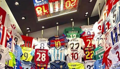 Messi i el seu fill Thiago, amb la col·lecció de samarretes