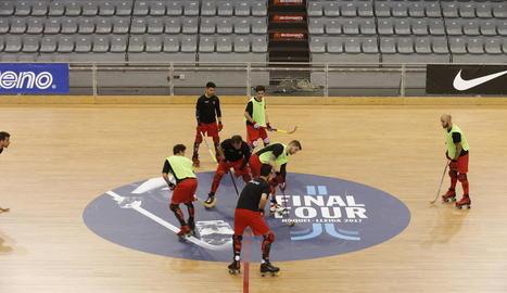 El Reus, a l'esquerra, es va exercitar a primera hora de la tarda, mentre que el Barça ho va fer al matí, encara amb la pista a mig acabar.