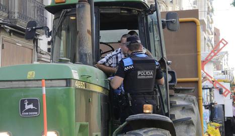 Moment en el qual un urbà identifica l'infractor que va permetre que un nen conduís el tractor.