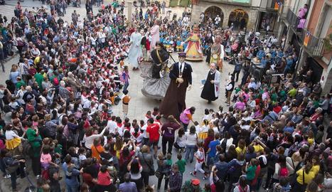 L'Àliga infantil, a l'esquerra, va ser amb la seua estrena la protagonista de l'Eixideta, que va omplir la plaça Major de la capital de l'Urgell, a la dreta.