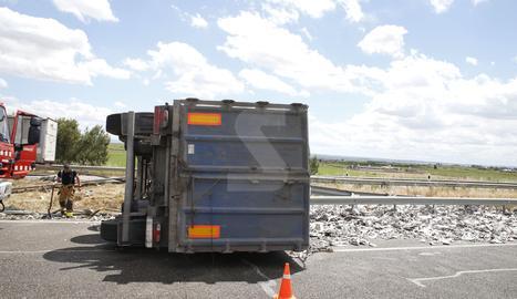 El camió bolcat a l'autovia a Alcarràs.