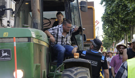 Moment en el qual un urbà va identificar dijous a la tarda el propietari del tractor.