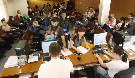 La sala del consell comarcal del Segrià on es presenten les sol·licituds de beques, plena.