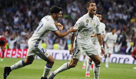 Cristiano Ronaldo celebra un dels seus dos gols en el partit.