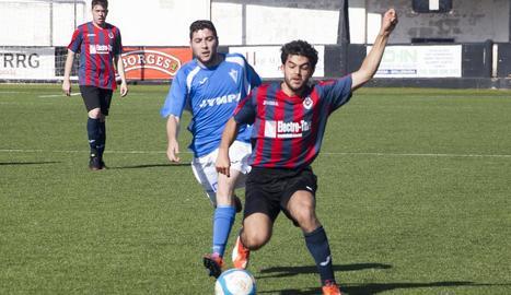 Un jugador local és perseguit per un del Castellserà en la important victòria d'ahir del Tàrrega.