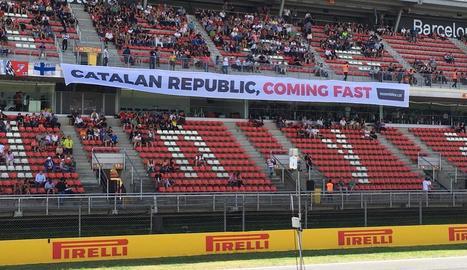 Lewis Hamilton celebra el seu triomf a Montmeló, que l'atansa al liderat de Vettel.