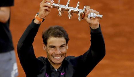 Rafa Nadal mostra el trofeu que l'acredita com a campió del torneig.