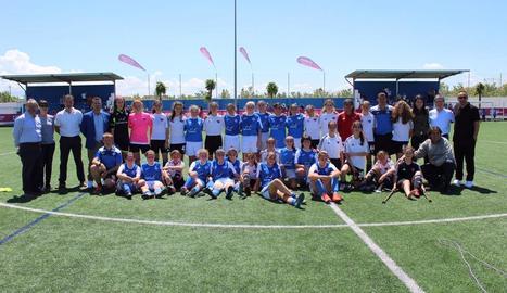 Jugadores dels dos equips, tècnics, directius i autoritats, a la foto de família.