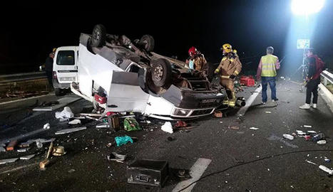 Una de les furgonetes va acabar bolcant a causa de l'impacte.