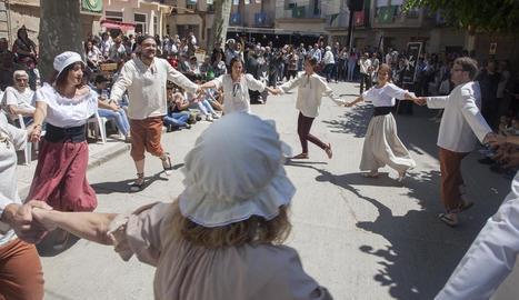 Diversos participants van interpretar una de les danses populars recuperades.