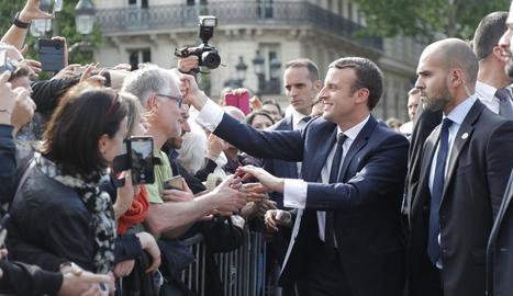 Ja investit president, Macron va rebre un bany de masses després de l'homenatge al soldat desconegut sota l'Arc de Triomf.