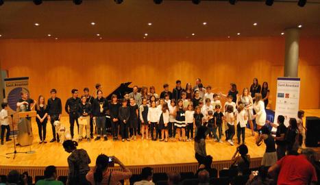 Foto final de família amb els guardonats en el concurs Sant Anastasi, ahir a l'Auditori de Lleida.