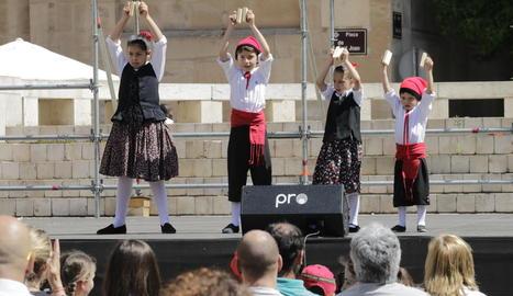 Danses populars amb els dansaires més joves.