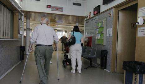 Pacients esperant ser atès en un ambulatori de Lleida.