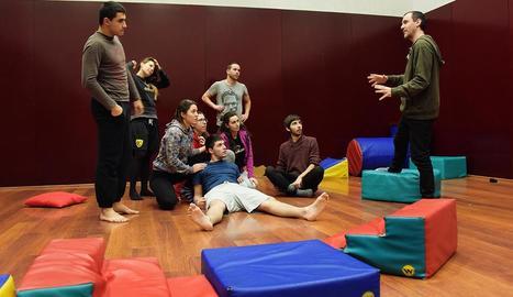Una classe del cicle formatiu de Tècniques d'Actuació Teatral.