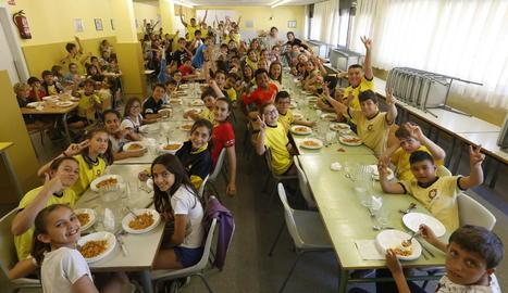 Alumnes del col·legi Frederic Godàs, ahir al menjador escolar.