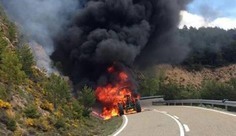 Crema un tractor al mig de la carretera al Solsonès
