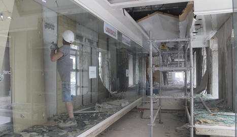 La botiga de roba Teixidó, que data del 1930 i era a la cantonada dels carrers Major i Cavallers, ja està sent desmantellada.