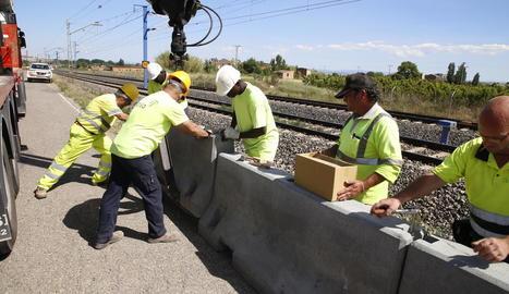 Imatge dels treballs d'instal·lació de la tanca, el primer tram de la qual quedarà acabat avui.