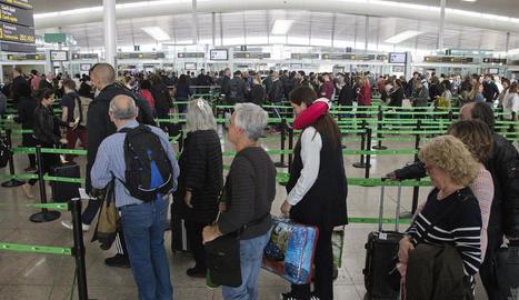 Imatge de llargues cues de gent a l'aeroport del Prat.