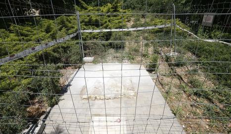 La base de l'estàtua de Manolo Calpe als Camps Elisis de Lleida.