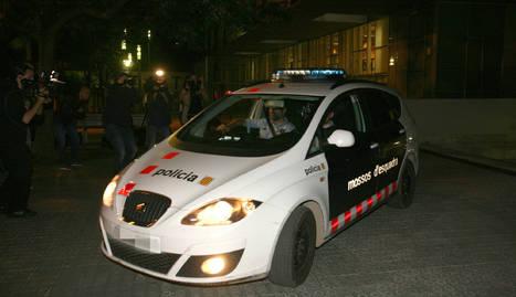 Sortida d'un vehicle policial dels jutjats de Vilanova i la Geltru.
