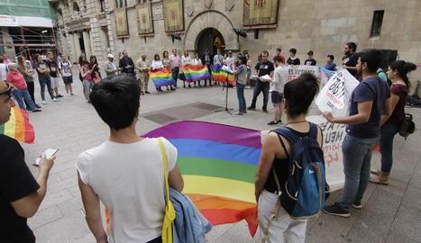 Moment de la concentració contra l'LGTBIfòbia, a la plaça de la Paeria.