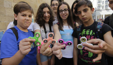 Estudiants del col·legi El Carme de la Bordeta, ahir a l'Eix Comercial de Lleida, utilitzant els 'spinners' durant una excursió.