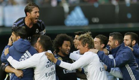 Els jugadors del Reial Madrid, inclosos els suplents, celebren el primer gol marcat per Cristiano.