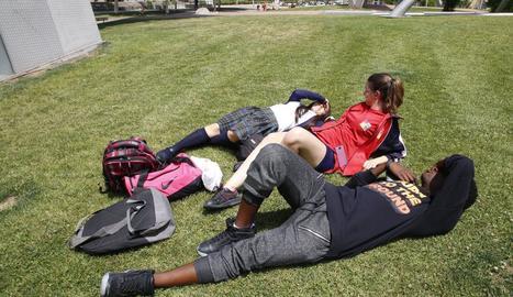 Un grup de joves ahir gaudint del sol a Lleida.