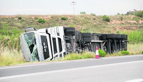 El camió accidentat a Les Borges Blanques.
