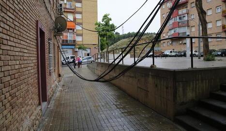 Els cables eren accessibles pels nens, ahir a la Mariola.