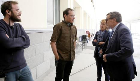 El director, Román Parrado, donant instruccions als actors en un moment del rodatge al Magical.